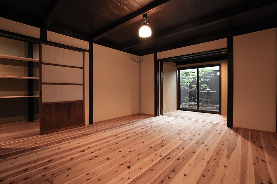 京都のリノベーション町家の寝室と坪庭